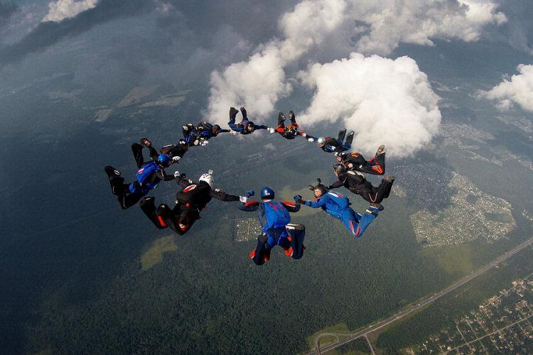 Socjeta nie ryzykuje wysoko. Koło spadochroniarzy.
